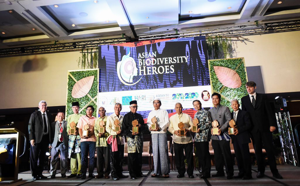 The ASEAN Biodiversity Heroes were recognized in an award ceremony in Manila, Philippines. (left to right) H.E. Vongthep Arthakaivalvatee, Deputy Secretary-General of ASEAN for ASEAN Socio-Cultural Community; ASEAN Centre for Biodiversity (ACB) Executive Director Roberto V. Oliva; Mr. Eyad Samhan (Brunei Darussalam); Mr. Sophea Chhin (Cambodia); Mr. Alex Waisimon (Indonesia); Mr. Nitsavanh Louangkhot Pravongviengkham (Lao PDR); Prof. Zakri Abdul Hamid (Malaysia); Dr. Maung Maung Kyi (Myanmar); Dr. Angel Alcala (Philippines); Prof. Leo Tan Wee Hin (Singapore); Dr. Nonn Panitvong (Thailand); and Prof. Dang Huy Huynh (Viet Nam).
